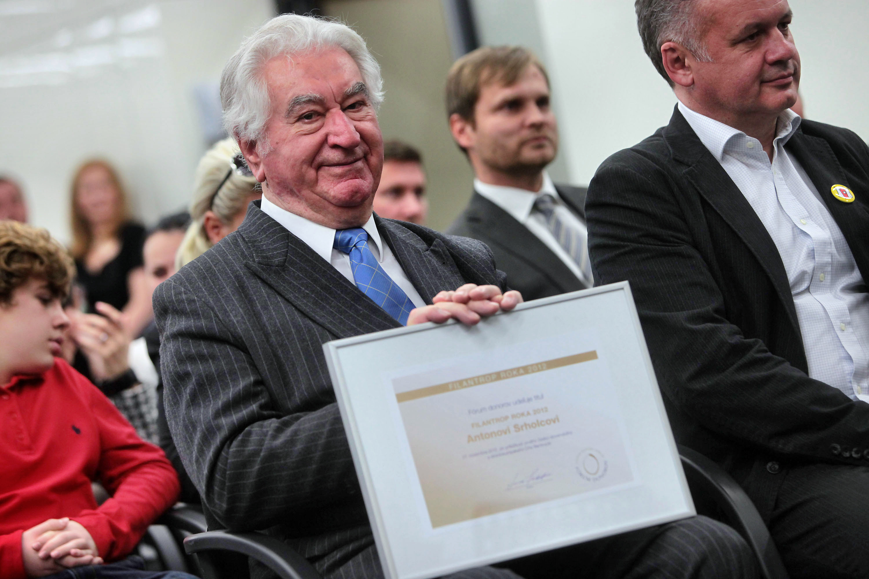 Anton-Srholec-Filantrop-roka